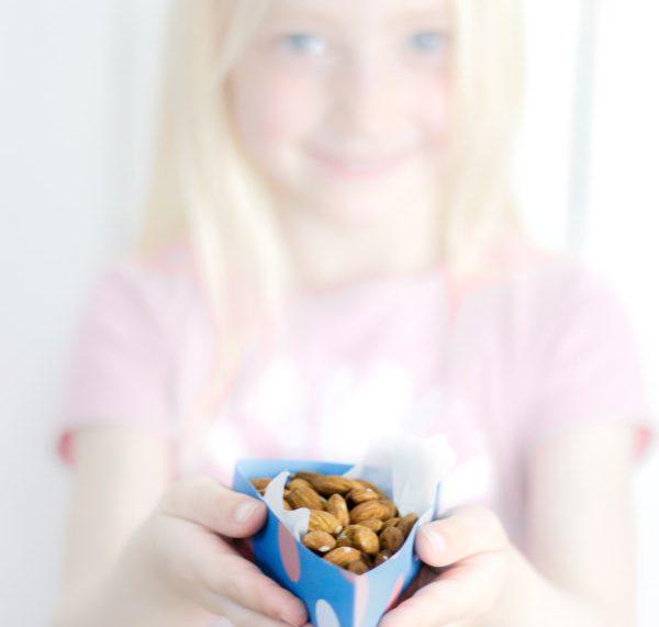 Mandeln schmecken groß und klein, besonders aus der selbst gebastelten Schachtel!