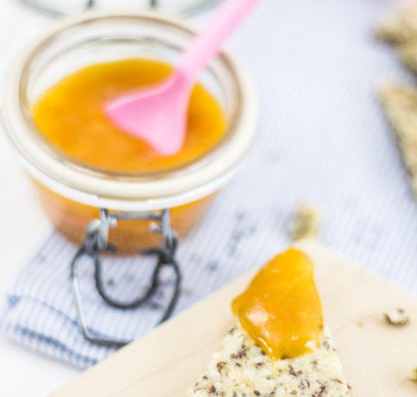 Selbstgemachtes Knäckebrot und Clementinen-Marmelade