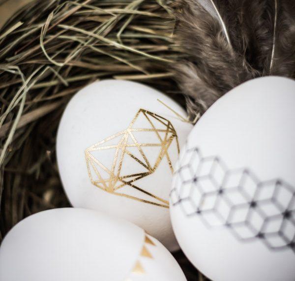 Ostereier basteln: Goldene Muster