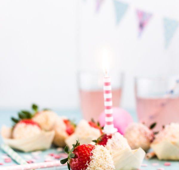 Rezept: Erdbeeren mit weißer Schokolade und gerösteten Kokosflocken!