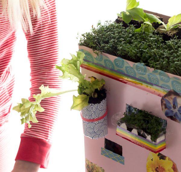 Upcycling mit Kindern: Aus alten Pappresten entseht ein Gartenhaus
