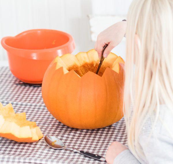 Den Kürbis aushöhlen - Halloween Ideen