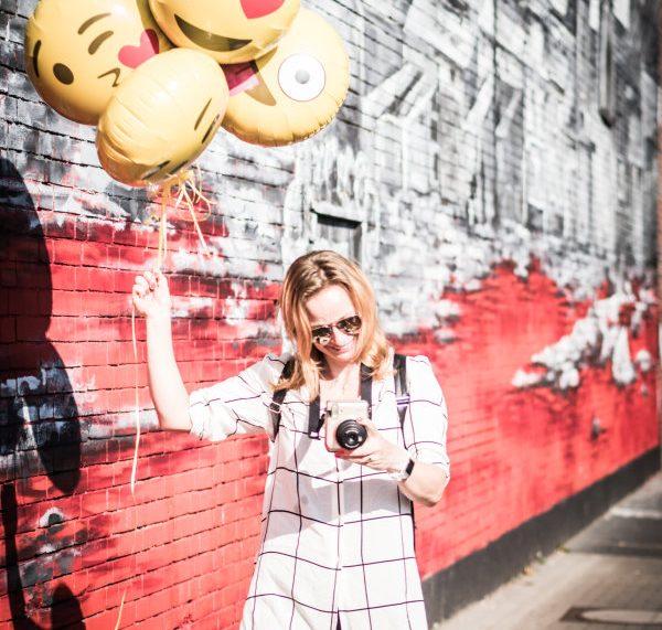 Renaade mit happy emoji-Ballons