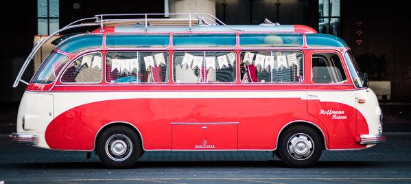 Oltimer-Bus auf Sofortbild-Tour durch Köln