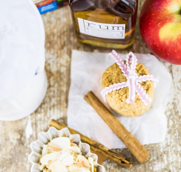 Zutaten für ein veganes Bratapfel-Schicht-Dessert