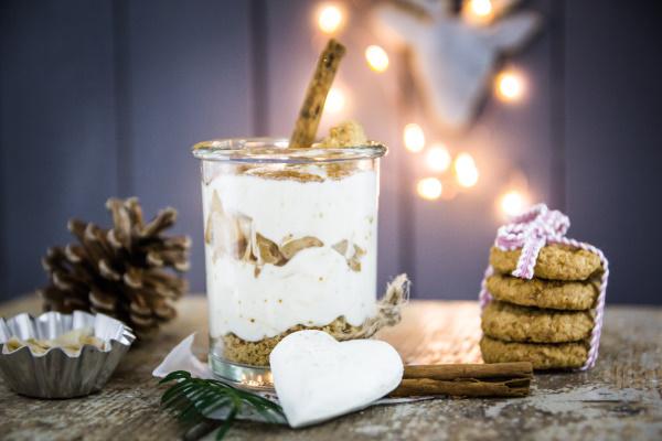 Veganes Rezept zu Weihnachten: Schichtdessert mit Bratapfel