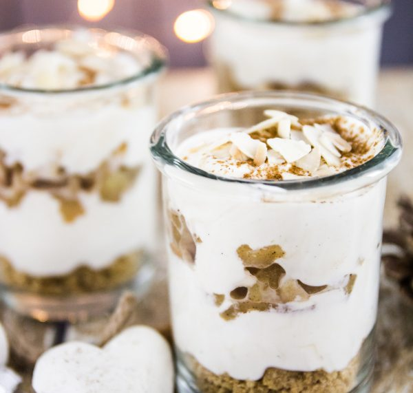 Rezept für Veganer: Leckeres Dessert mit Keksen, Bratäpfeln, veganem Joghurt und veganer Schlagsahne