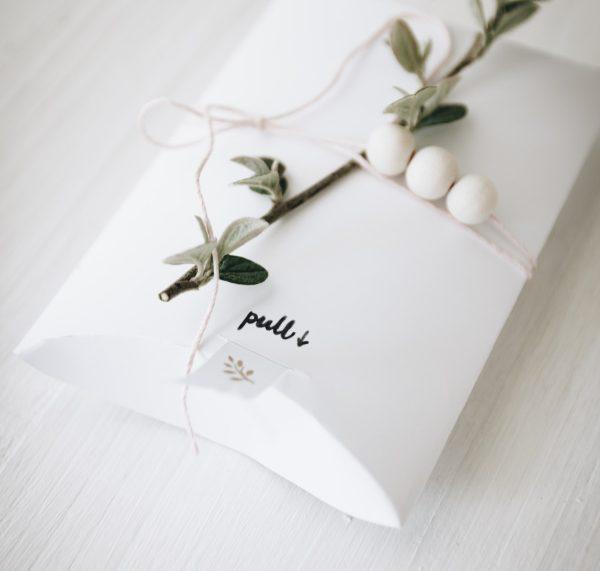 Anleitung für eine hübsche selbstgemachte Einladung mit bedrucktem Geschenkband inklusive Vorlage für eine Pillow-Box zum Ausdrucken.  By http://titatoni.blogspot.de/