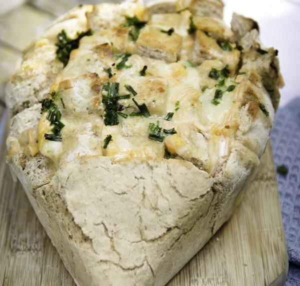 Grillparty im Sommer: Tolle DIYs und Rezepte für ein schönes Fest. Gegrilltes Zupfbrot als Käseligel. By titatoni