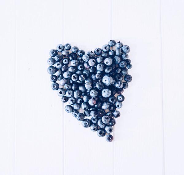 Große Blaubeerliebe - Rezept für leckere, glutenfreie Muffins zum Frühstück oder Brunch mit leckeren Blaubeeren, ohne Zucker und Weizenmehl. titatoni.de