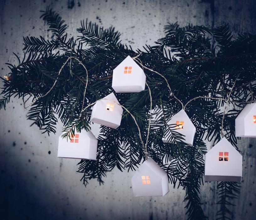 DIY Lichterkette mit Papierhaus basteln - inklusive kostenloser Vorlage zum Herunterladen und Ausdrucken. titatoni.de