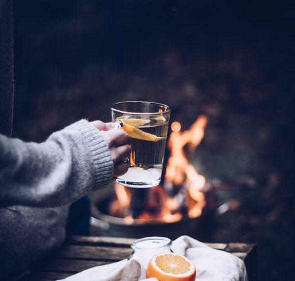 Rezept heller Punsch mit Weißwein und Tonkabohne. Der perfekte Winter-Drink! titatoni.de