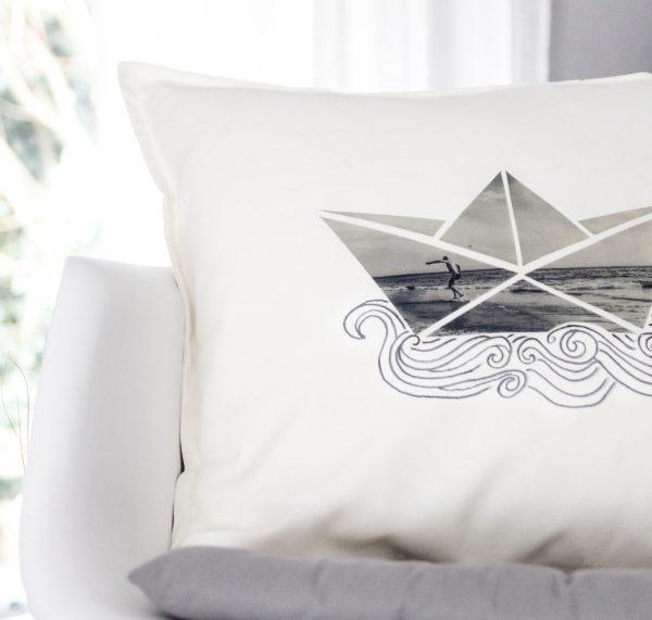 DIY Papierboot-Kissen als Unikat auf dem Sofa. titatoni.de