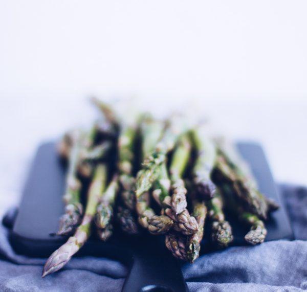 Grüner Spargel: Einfaches Frühlings-Rezept - leichte Gemüsepfanne. titatoni.de