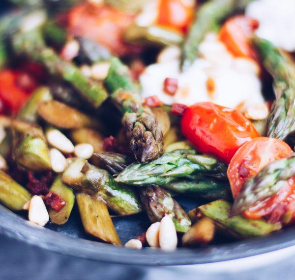 Rezept warmer Salat: Gebratener grüner Spargel mit Ziegenfrischkäse und Cherrytomaten. titatoni.de