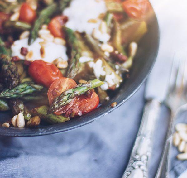 Schnelles Rezept zum Grillen: Gebratener grüner Spargel mit Ziegenfrischkäse und Cherrytomaten. titatoni.de