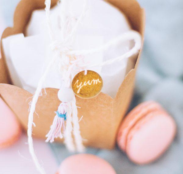 DIY Verpackungsidee, um Macarons schön zu verschenken. titatoni.de