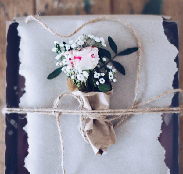 DIY Geschenke aus der Küche hübsch verpacken – schöne selbstgemachte Geschenkverpackung mit frischen Rosen. titatoni.de