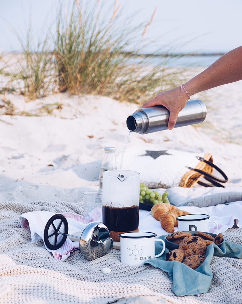 Kaffee am Strand, Tipps für die Stempelkanne und ein Rezept für Kaffee-Nuss Cookies mit Tonkabohne. titatoni.de