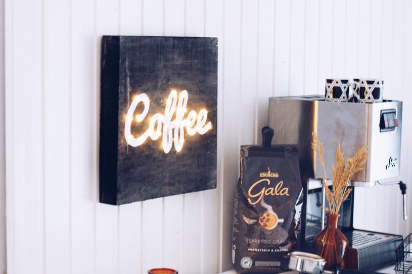 DIY Kaffee Leuchtreklame als Wanddeko selber machen - für echte Kaffeeliebhaber. Titatoni.de