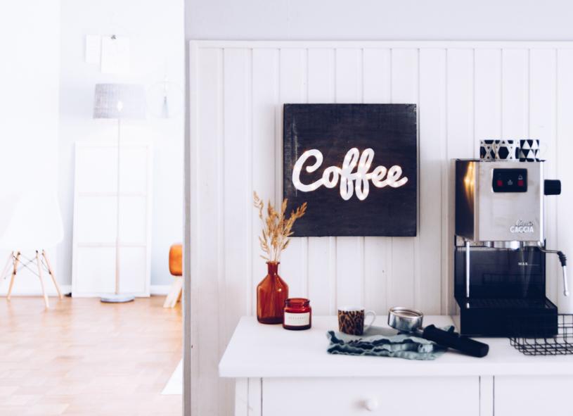 DIY leuchtendes Kaffee Schild als Wanddeko einfach selber basteln. Titatoni.de