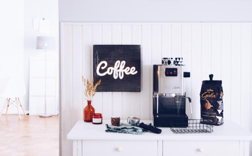 DIY Geschenk für Kaffee-Liebhaber: Kaffee Leuchtschild als Wanddeko. titatoni.de