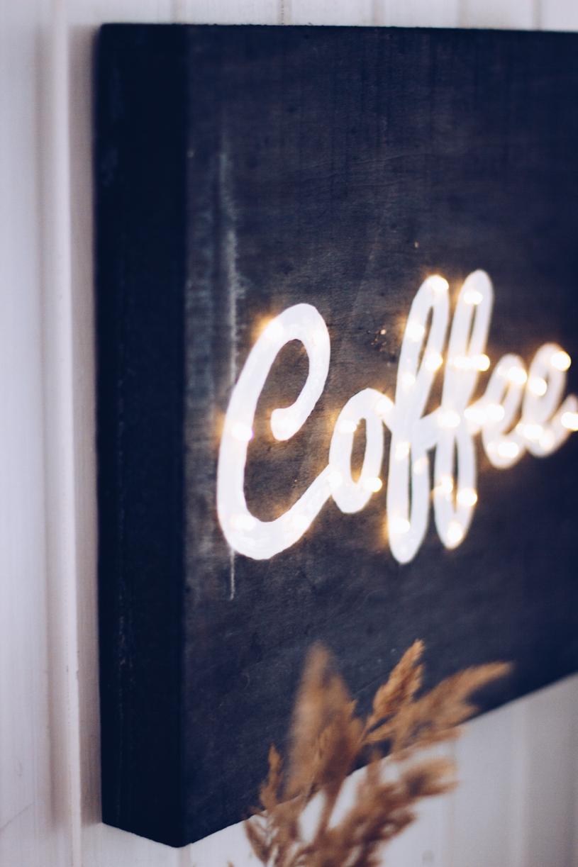 DIY Kaffee Leuchtreklame als Wanddeko einfach selbermachen. Titatoni.de