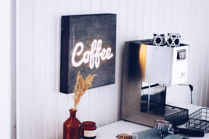 DIY Kaffee Leuchtreklame als Wanddeko selbermachen. Titatoni.de
