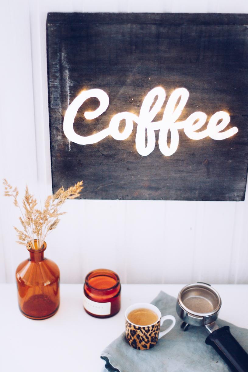 DIY leuchtendes Kaffee Schild als Wanddeko einfach selbermachen. Titatoni.de