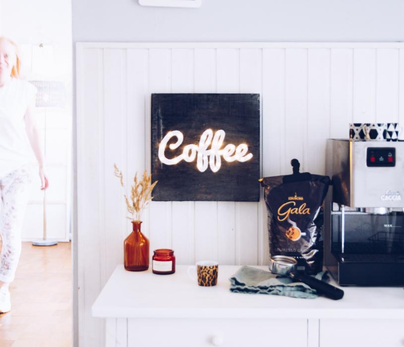 DIY leuchtendes Kaffee Schild als Wanddeko einfach basteln. Titatoni.de