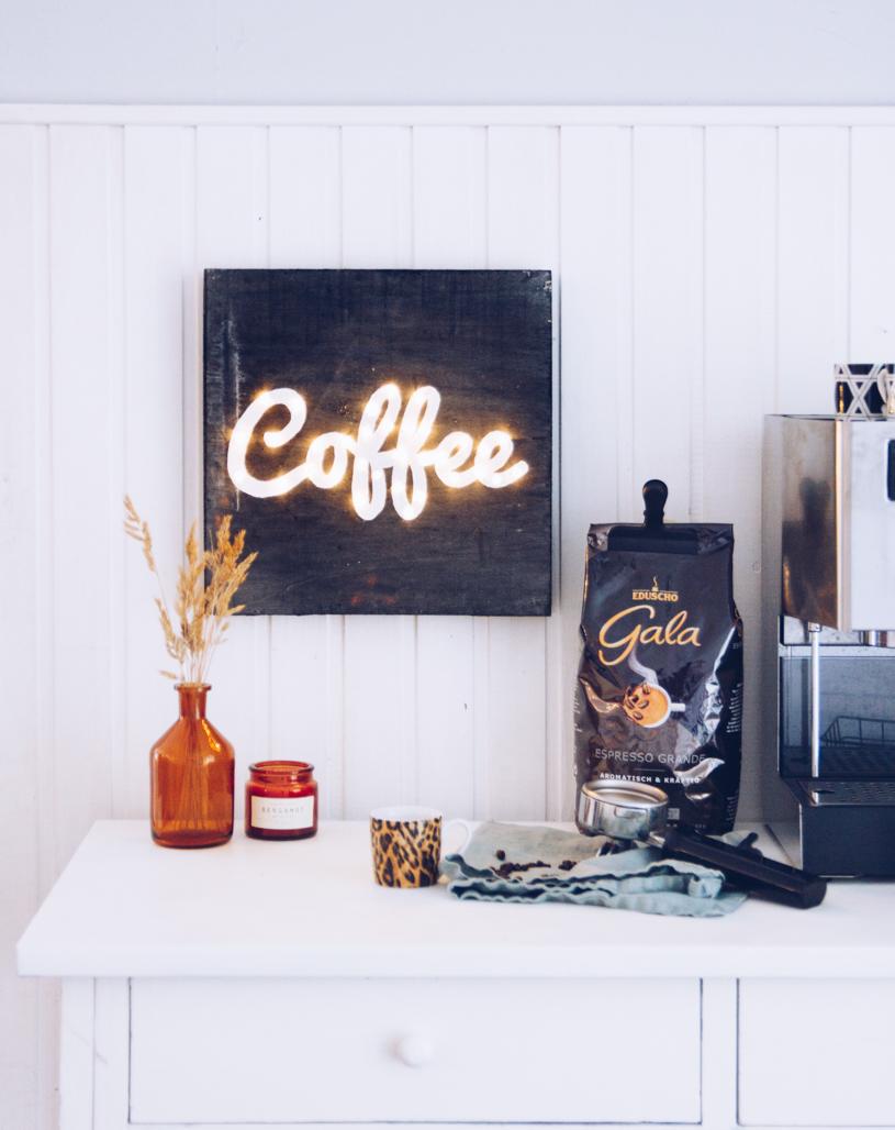 DIY Kaffee Leuchtreklame als Wanddeko basteln. Titatoni.de