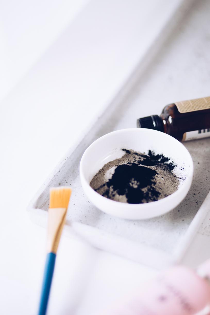 Gesichtsmaske selber machen - Naturkosmetik mit grüner Tonerde, Aktivkohle und Teebaumöl bei unreiner Haut. titatoni.de