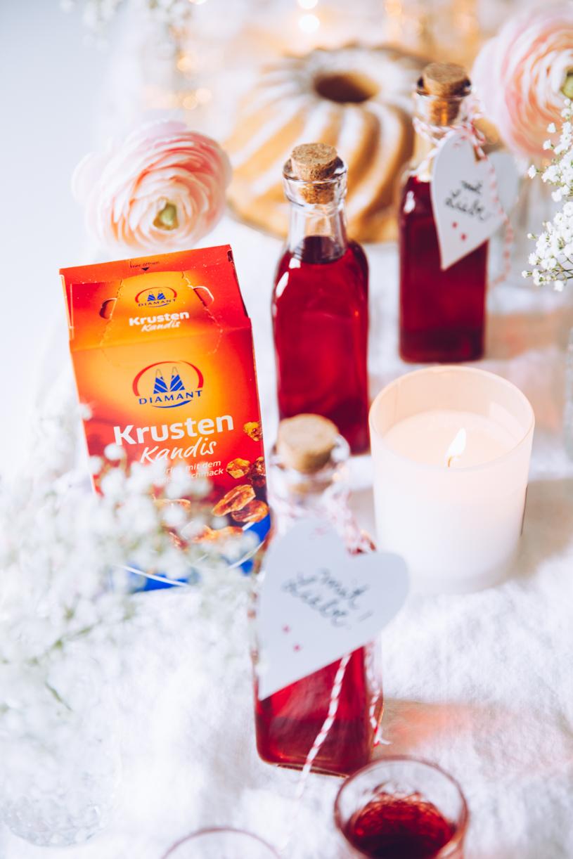 Rezept für Himbeer-Vanille Likör mit Tonkabohne und Krustenkandis. titatoni.de