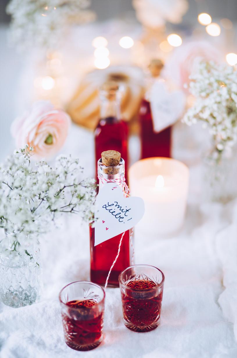 Zum Valentinstag: Rezept für Himbeer-Vanille Likör mit Tonkabohne. titatoni.de