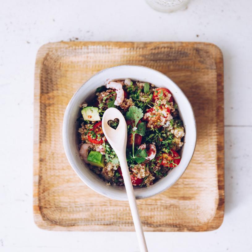 Einfacher Salat zum Grillen mit Avocado, Quinoa, Krabben und würzigem Sumach-Dressing. titatoni.de