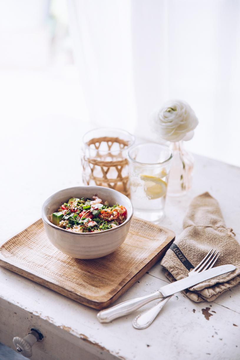 Leckerer Salat zum Grillen mit Avocado, Quinoa, Krabben und würzigem Sumach-Dressing. titatoni.de