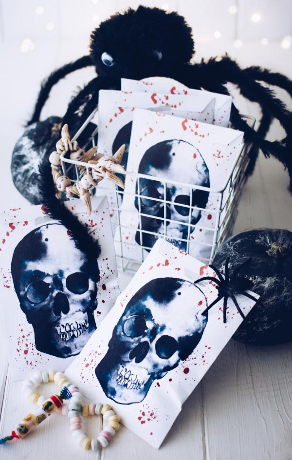 Halloween Tütchen mit Totenkopfkostenlos herunterladen und selber basteln. titatoni.de