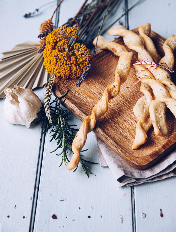 Rezept Knoblauch-Brotstangen. Die richtige Knabberei für Fernsehabende oder als Idee für die Brotdose. Fingerfood Rezept. titatoni.de