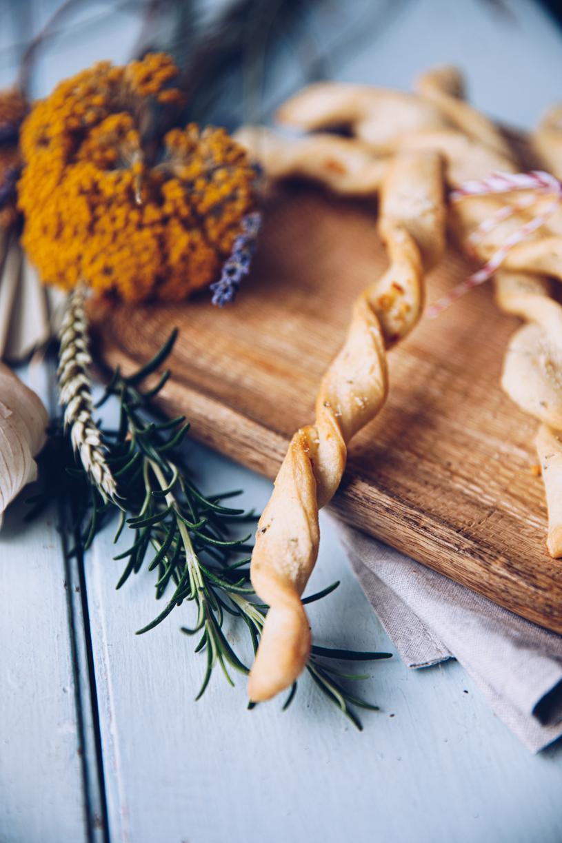 Zum Knabbern für lange Serienabende: Rezept für Knoblauch-Brotstangen.