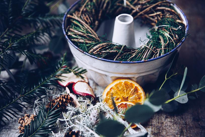 DIY Adventskranz mit natürlichen Materialien wie Eukalyptus, Tannenzweige, Zapfen – Zero Waste Weihnachtsdeko. Titatoni.de