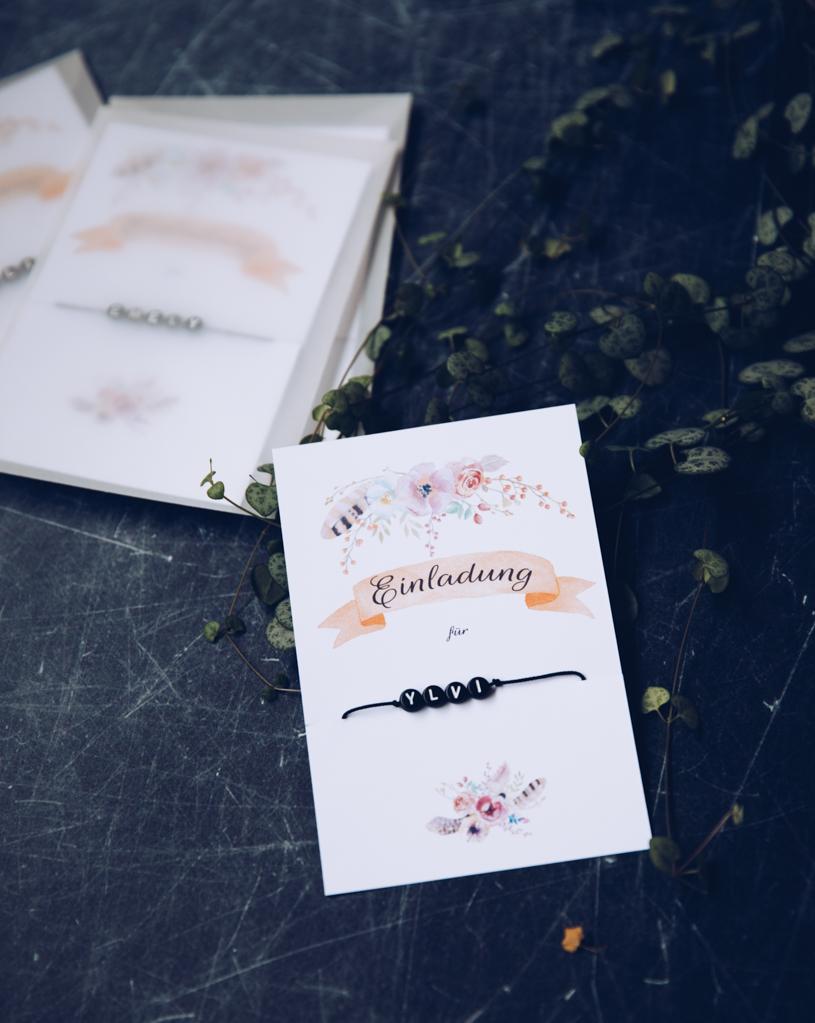 DIY Party Einladungen zum kostenlosen Herunterladen und Ausdrucken. Mit persönlichem Armband. titatoni.de