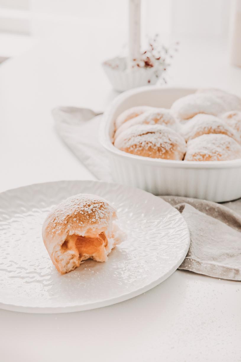 Einfaches Rezept für Buchteln mit Kürbismarmelade. Perfekt zum Frühstück, Brunch oder Kaffeeund Kuchen! Und 10 Tipps für einen schönen Herbst 2020. titatoni.de