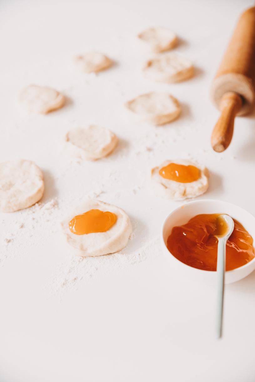 Backen im Herbst: Rezept für Buchteln mit Kürbismarmelade. Perfekt zum Frühstück, Brunch oder Kaffeeund Kuchen! titatoni.de