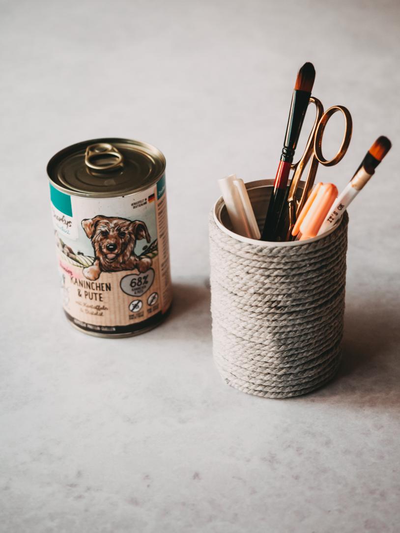 DIY Stiftebecher aus einer alten Konservendose - Upcycling mit Kindern. titatoni