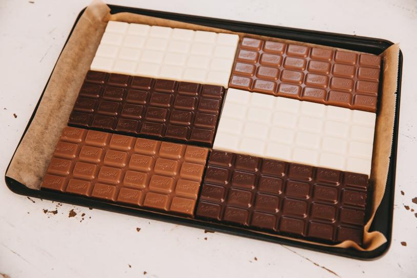 Anleitung / Rezept für leckere Bruchschokolade: Schokolade auf dem Blech verteilen. titatoni